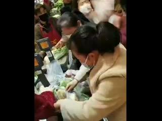 Паника в китайских магазинах из-за нового коронавируса