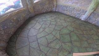 покраска  ДОРОЖКИ  из  арт бетона  сделанной  под  ДЕКОРАТИВНЫЙ  КАМЕНЬ..  краска  акриловая.