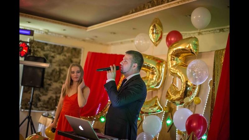 Ведущий и вокалист Денис Слепнев