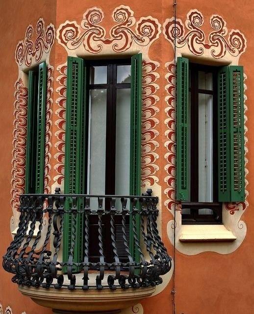 Впечатляюще красивые балконы и эркеры.