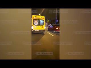 Молодая девушка попала под колёса авто на перекрёстке в Невском районе