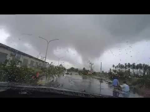 Автомобиль сдуло с дороги небольшим торнадо на Тайване