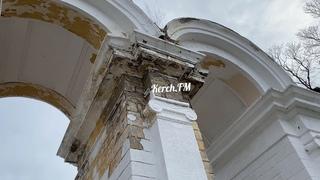 До арки в Приморском парке Керчи никому нет дела