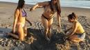 Haciendo un hoyo en la arena del mar con las chicas Daily | El Salvador Daily