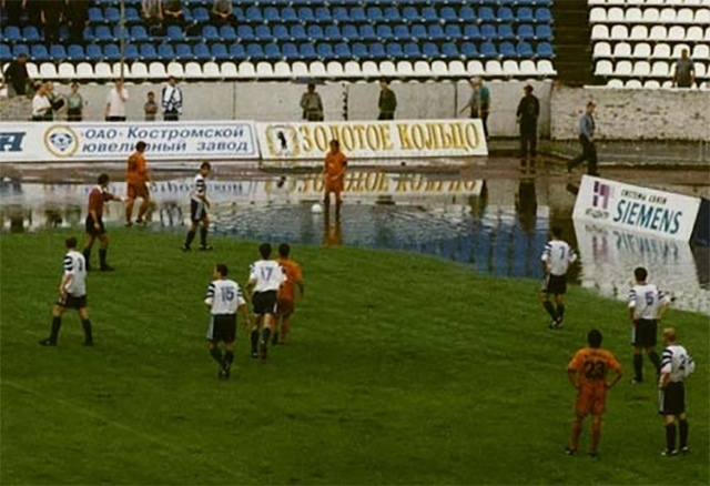1998 г. «Шинник» принимает «Валенсию» на затопленном поле