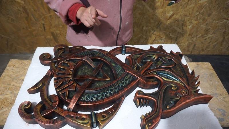 покраска под медь и бронзу барельефа волка отлитого из цемента