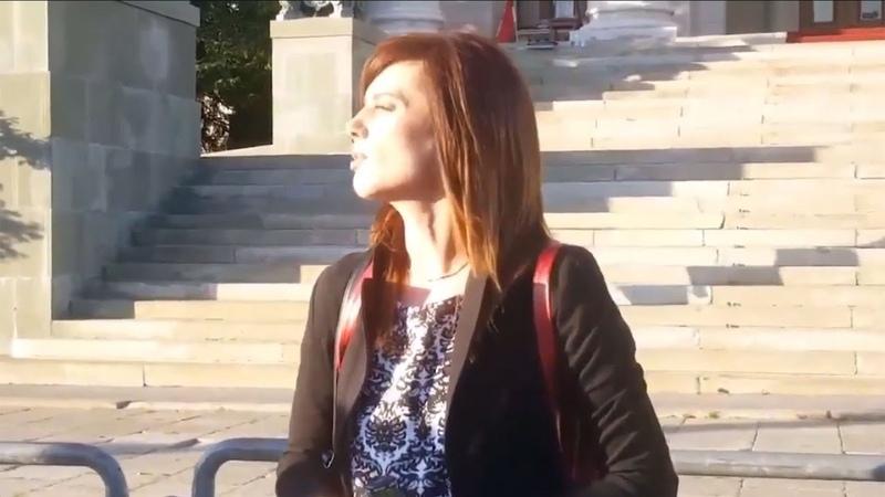 Profesorka srpskog jezika Ena Nedić spalila svoju diplomu ispred Skupštine Srbije