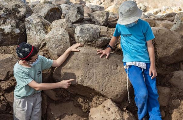 Археологи нашли камень с рогатыми фигурами