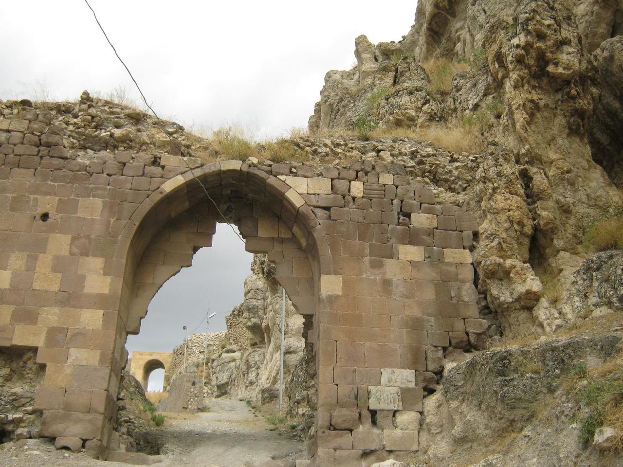 ворота в крепость на скале Кемах