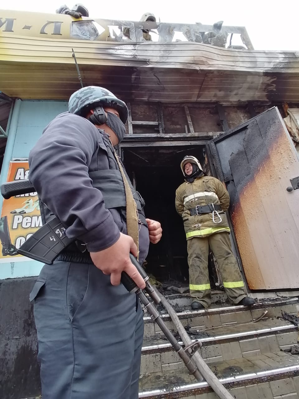 Около 60 человек экстренно вышли на улицу из соседних зданий, чтобы не задохнуться: подробности пожара в Костанае 3