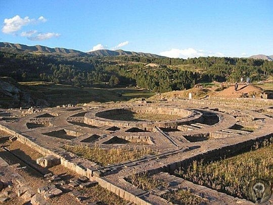 Саксайуаман древний город в горах. Перу. Удивительный археологический комплекс расположен на высоте 3500 метров неподалеку от города Куско. Переводов этого названия множество. Это и «Пестрый