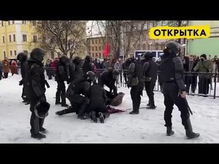Бьют задержанного в спину, душат, кидают в снег лицом. Полиция в Петербурге просто озверела!