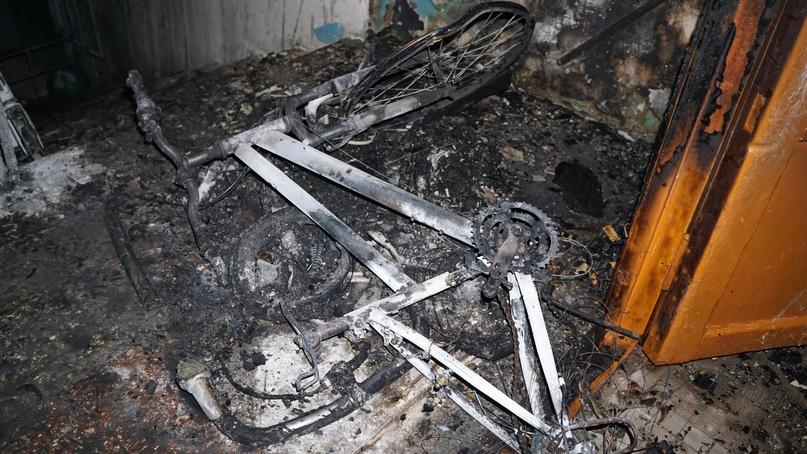 В процессе горения от коляски остались практически неразличимые элементы.