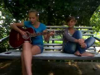 классные девченки поют песня под гитару))*