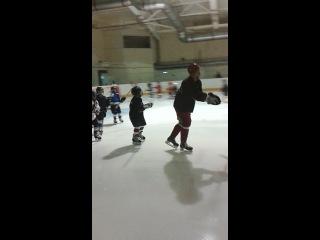 Фёдор Малыхин проводит разминку у наших юных хоккеистов