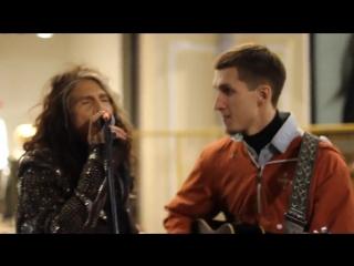 """Steven Tyler,солист группы Aerosmith,поёт с уличным музыкантом на Арбате,в Москве,свою песню из фильма """"Армагеддон"""""""