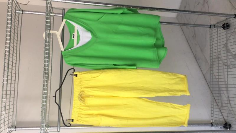 Желтые брюки, зелёный свитшот с майкой