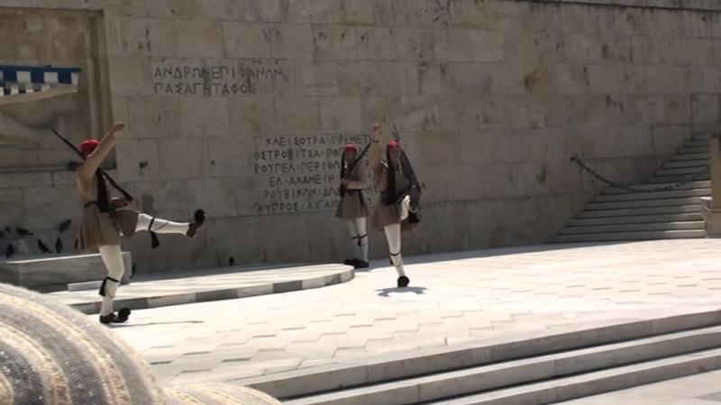 Смена караула у президентского дворца в Афинах . Пожалуйста, подождите. Идёт загрузка видео. Видео загружено. Заполн