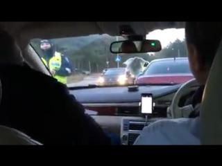В эстонии праворулые авто большая редкость, получается полицейская дала дунуть пасажиру а не водителю