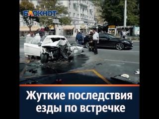 Огненная встреча иномарки со столбом и убитой остановкой в центре Ростова