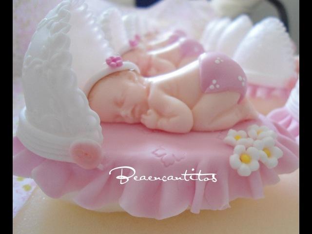 Bebé dormilón en cunita. todo en porcelana fría