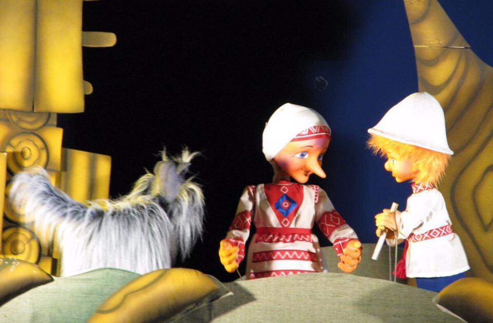 Фото со спектакля про Лопшо Педуня в театре кукол