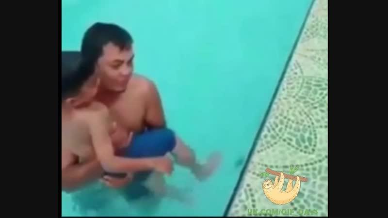 Смотрим внимательно, невероятное в бассейне