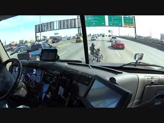 Водитель фуры помогает мотоциклисту съехать на обочину