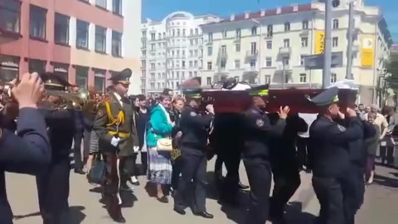 Гроб с телом Евгения Потаповича перевозят в деревню Вишов где пройдут похороны