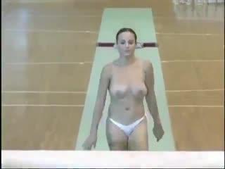 Сексуальная красивая голая девушка гимнастка на турнике творит чудеса. Тренировка спорт упражнения не порно секс sex porn 18+ ню