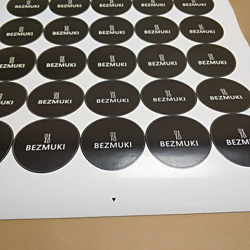 Этикетки самоклеящиеся. Цифровая печать на самоклеющейся бумаге. Плоттерная надсечка. - Типография Седьмой Легион
