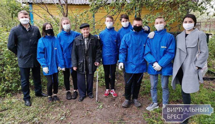 Активисты в рамках акции помогли ветерану - навели порядок, убрали мусор, пропололи грядки