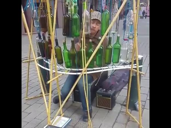 Мужик классно играет на бутылках