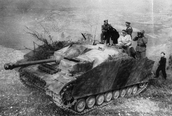 Фельдмаршал Альберт Кессельринг проводит рекогносцировку местности с офицерами с брони САУ StuG IV