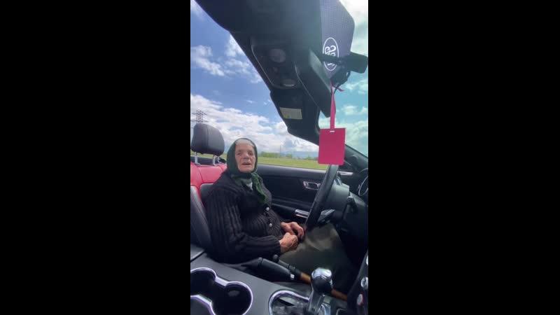 Баба Рина на кабриолете