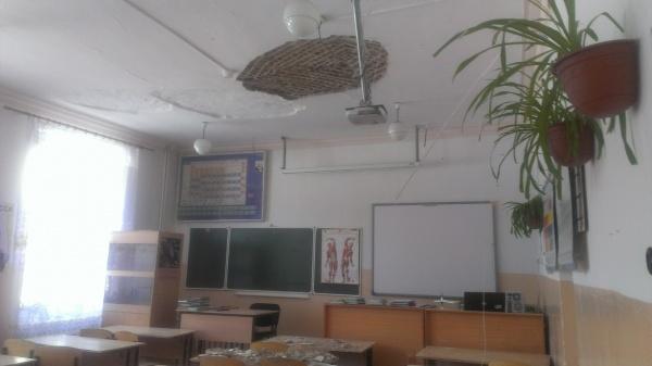 В школе Мариуполя во время уроков обвалился потолок
