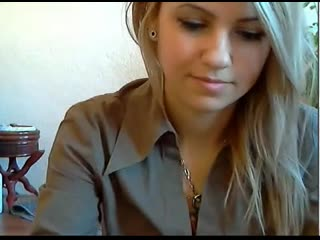 Милая няша демонстрирует себя перед вебкой (раздевается голая молодая русская дочь сестра школьница студентка показывает попу)