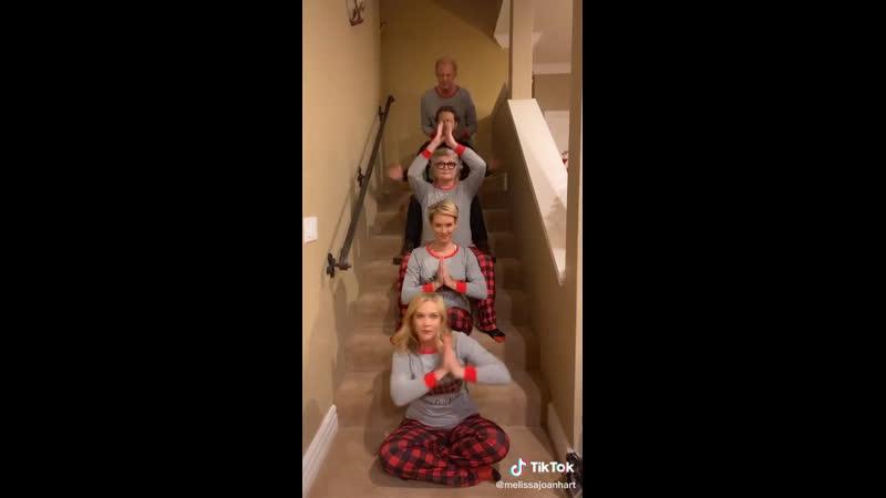 Семейный танец Мелиссы Джоан Харт из TikTok