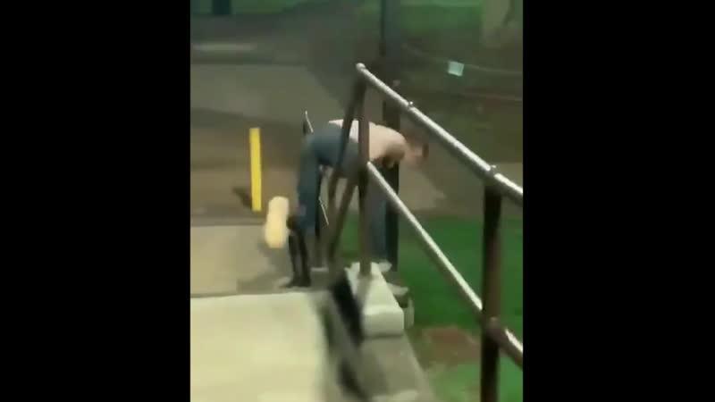 Паренек всеми силами пытается сбежать от полиции