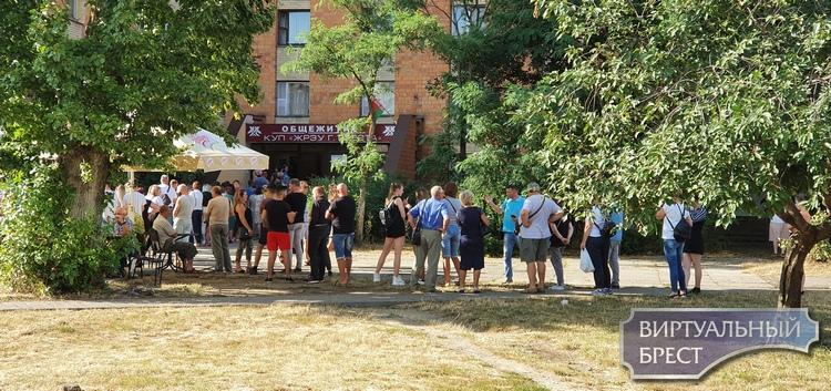 Смотрите, какая очередь на участок №63 по ул Суворова в Бресте