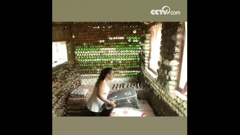 Бразильянка построила дом из стеклянных бутылок