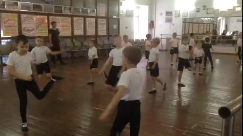 Образцовый хореографический ансамль Калейдоскоп Дима слева в первом ряду от учителя