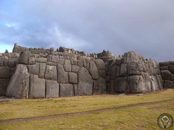 Крепость инков Саксайуаман - одно из самых древних сооружений Это церемониальный храмовый комплекс и цитадель на северной окраине перуанского города Куско, исторической столицы империи инков.