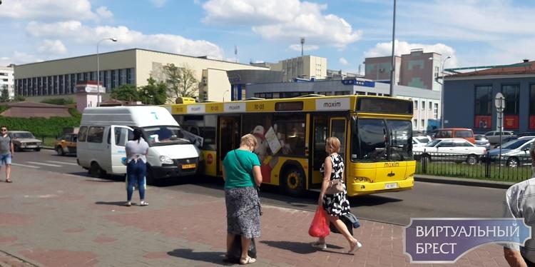 Маршрутка и автобус не поделили сегодня проезжую часть и столкнулись в Бресте