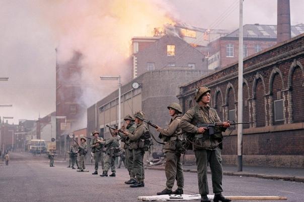 Британские военнослужащие во время беспорядков в Лондондерри