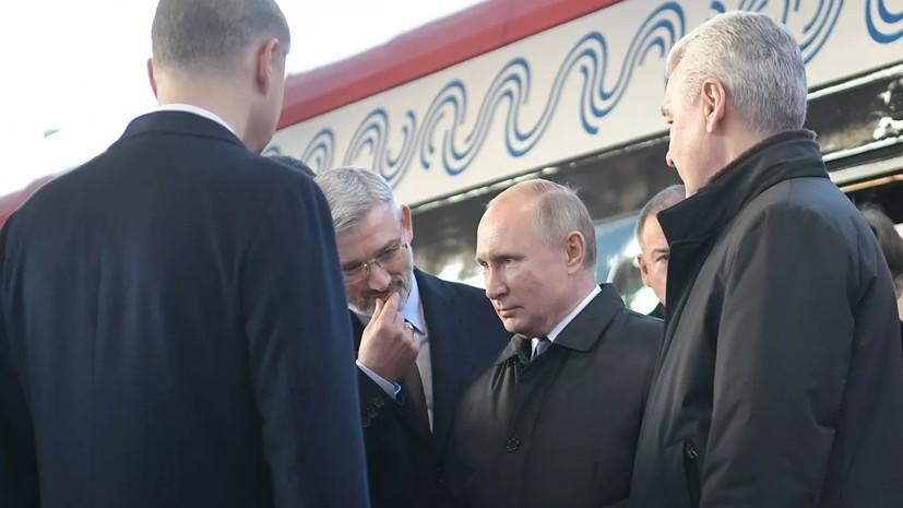 Собянин преподнёс Путину памятный подарок