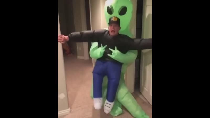 Инопланетный захватчик хорошее настроение придурок домашнее видео инопланетянин зелененький человечек страх жестокость