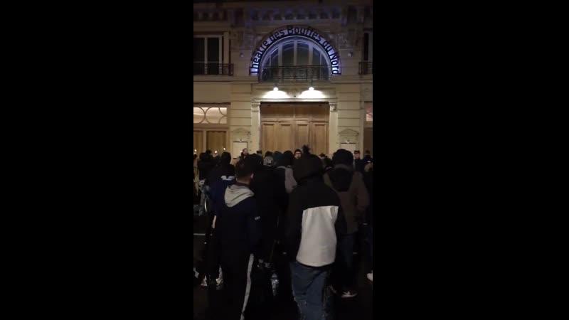 Emmanuel Macron est au théâtre des Bouffes du Nord ce soir à Paris Des manifestants se sont rassemblés devant l'entrée