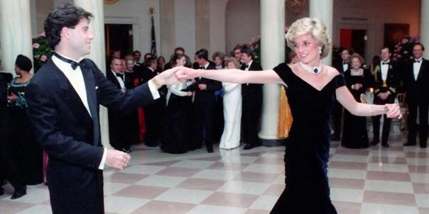 Платье принцессы Дианы продано на аукционе за 260 тыс. долл. В темно-синем вельветовом наряде принцесса Уэльская танцевала с актером Джоном Траволтой на банкете в Белом доме в 1985