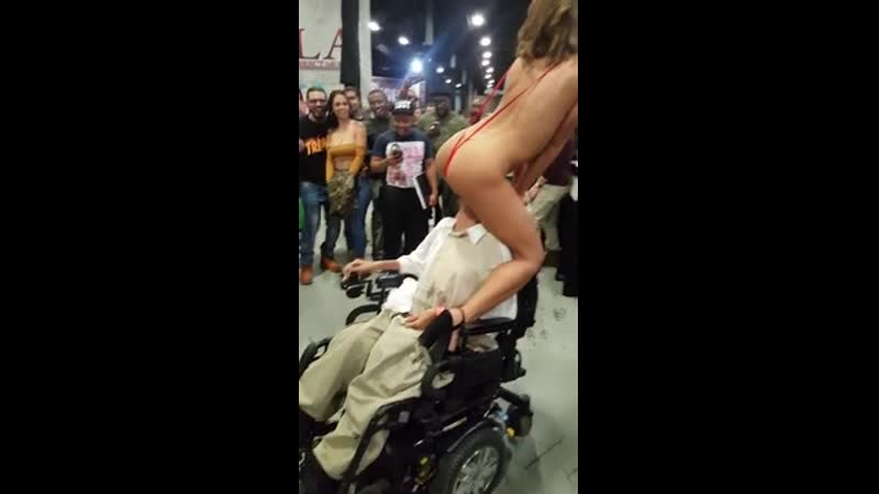 Адриана Чечик Adriana Chechik встретила парня в инвалидной коляске на Exxxotica Expo
